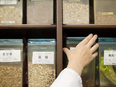 写真:患者さま一人ひとりの体質にあわせて高品質な漢方エキス製剤を製造